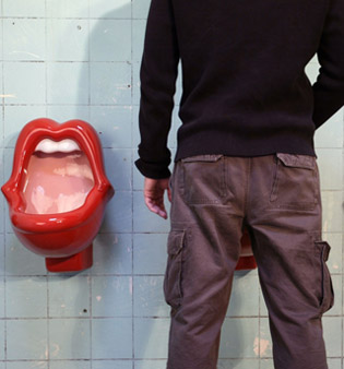 парень на туалете тренирует лобково-копчиковую мышцу с целью того, с тем целую вечность никак не кончать