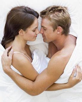 мужчина принял таблетки для продления любовного акта и лежит с девушкой в постели