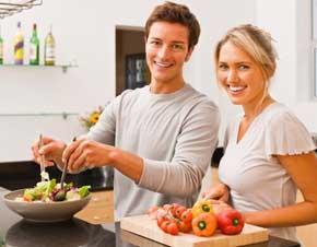 при появлении первых симптомов мужского климакса важен правильный рацион и определенные продукты питания для увеличения либидо