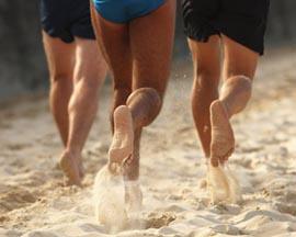 хождение босиком по песку или мелким камешкам является неплохим методом для борьбы с мужским климаксом и его симптомами