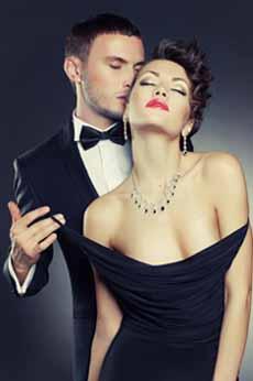 мужчина обнимает женщину и даже не парится о том, какие упражнения ему нужны для повышения потенции