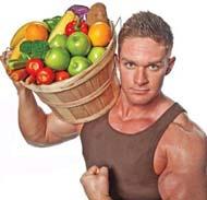 здоровый мужчина держит корзину, наполненную недорогими продуктами для потенции, которые полезны и эффективны в профилактических целях употребления