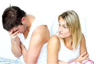 мужик страдает из-за проблемы преждевременного семяизвержения