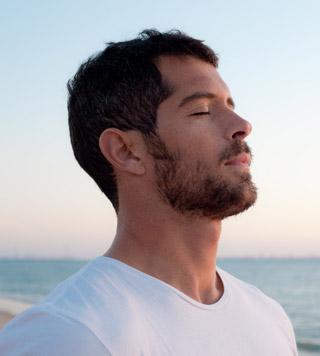 мужчина следит за дыханием в постели и знает все о том, как долго продержаться с любимой
