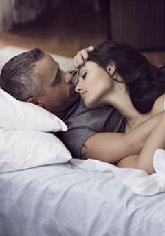 девушка хочет помочь своему любимому мужчине продлить половой акт в постели на несколько часов