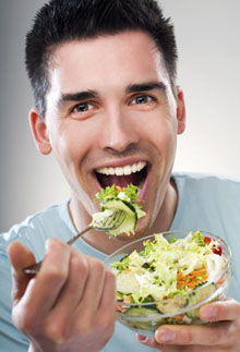 парень ест продукты для продления выносливости во время полового акта