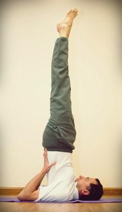 упражнение «березка» очень проста в выполнении и удобна тем, что мужчина может ее практиковать хоть в домашних условиях, на природе или же в спортзале