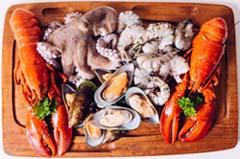 Продукты из моря содержат большое количество белков, что может помочь мужчине поддерживать диету