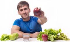 Мужчина держит в руке яблоко и всем своим видом показывает, что оно даже чем-то лучше Виагры